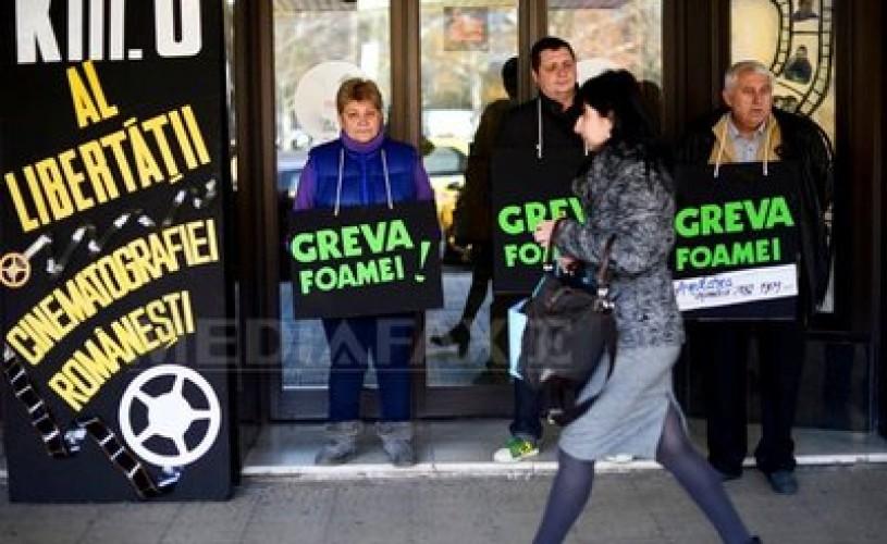 Cativa membri ai Sindicatului Romania Film au intrat, luni, in greva foamei