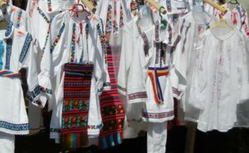 Costume populare de sarbatoare expuse de Muzeul Tarii Crisurilor in Serbia