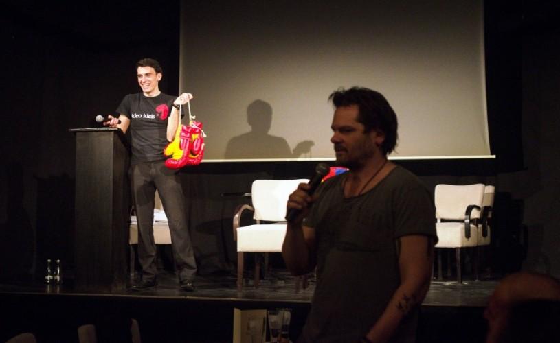 Mănuşile lui Piersic Jr. şi ceasul lui Iureş s-au bătut să salveze teatrul