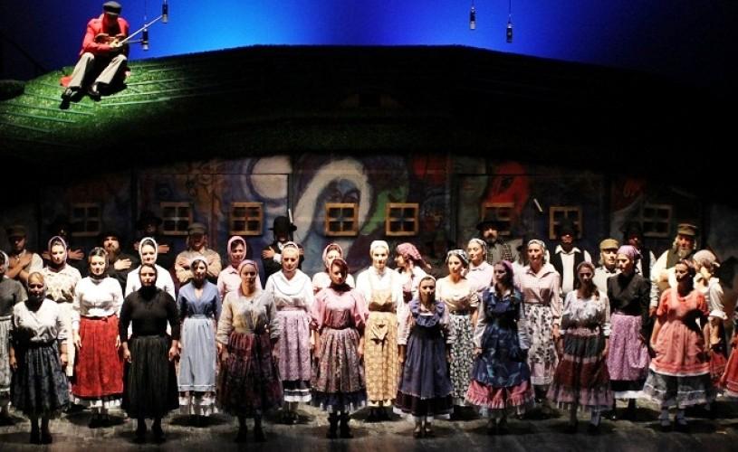"""Teatrul ,,Regina Maria"""" din Oradea organizează un turneu național cu spectacolul ,,Scripcarul pe acoperiș"""""""