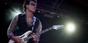 VIDEO Unul dintre participanţii la Masterclass-ul susţinut de Steve Vai va câştiga o chitară din seria Ibanez Jem