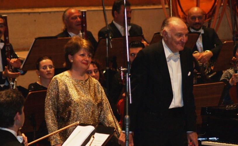 """VIDEO """"Rapsodia Română"""" a lui Enescu, la pian pentru patru mâini, în interpretarea soţilor Valentin şi Roxana Gheorghiu"""