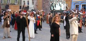 """Peste două sute de """"cavaleri"""" şi """"domniţe"""", la deschiderea Festivalului """"Sighişoara Medievală"""""""