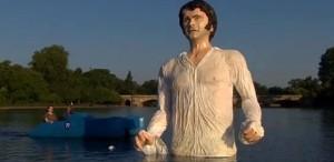 VIDEO O statuie uriaşă a lui Colin Firth în rolul Mr. Darcy, instalată într-un lac din Londra