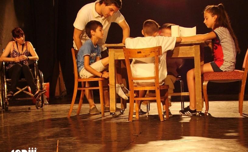 """Spectacolul de teatru educaţional """"Familia Offline"""", în premieră la Teatrul Foarte Mic"""