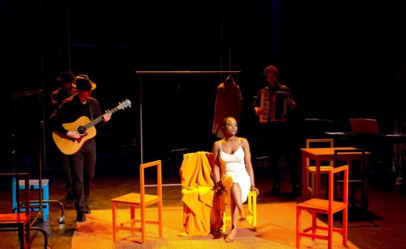 Costumul – un spectacol care te face să te urci pe scenă