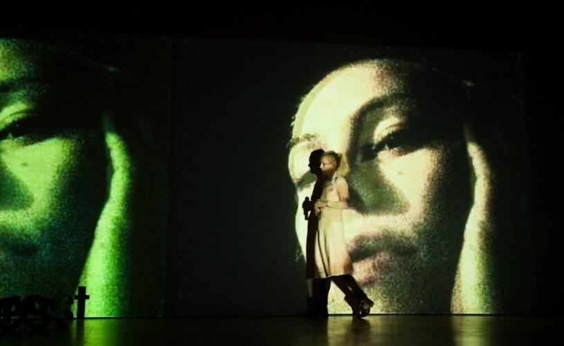 """Carmen Lidia Vidu: """"Sunt o combinaţie de kitsch americănesc şi lumini asiatice"""""""