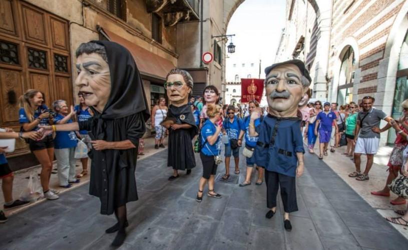Peste 500 de artiști catalani defilează la Timișoara