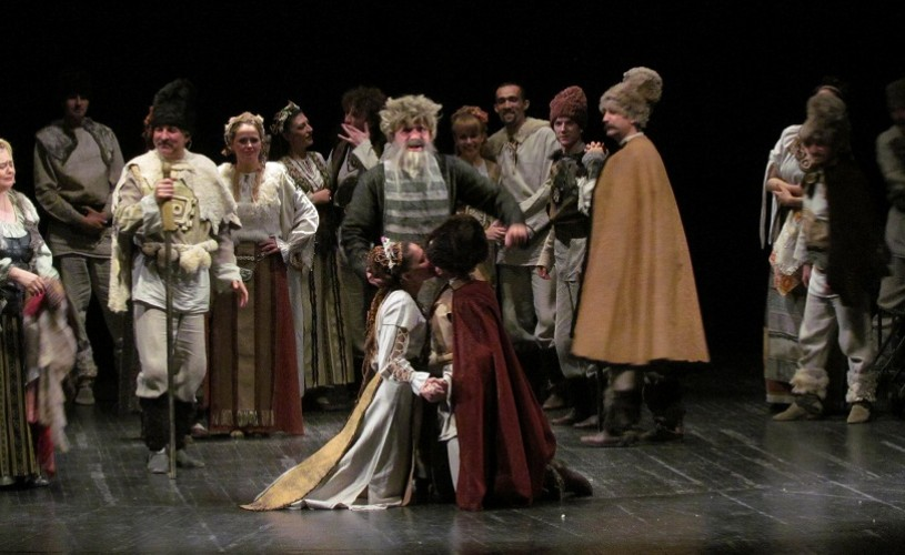 """""""Amorul dănţuie şi feste joacă"""" , în deschiderea turneului Teatru Romanesc la Bucureşti şi Chişinău"""