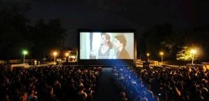 Caravana Metropolis – cel mai mare cinematograf în aer liber din România – în Piața Sfatului din Brașov