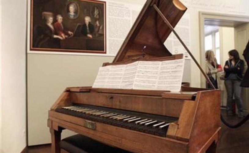 """Pianul compozitorului austriac Wolfgang Amadeus Mozart revine """"acasă"""""""