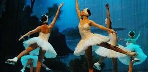 Patinatorii balerini din Sankt Petersburg, aplaudaţi la scenă deschisă în 'Lacul lebedelor' de Ceaikovski