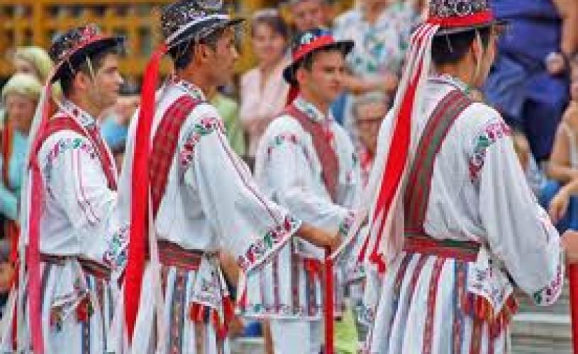 Expoziṭie de costume româneşti la Carnavalul de la Viena