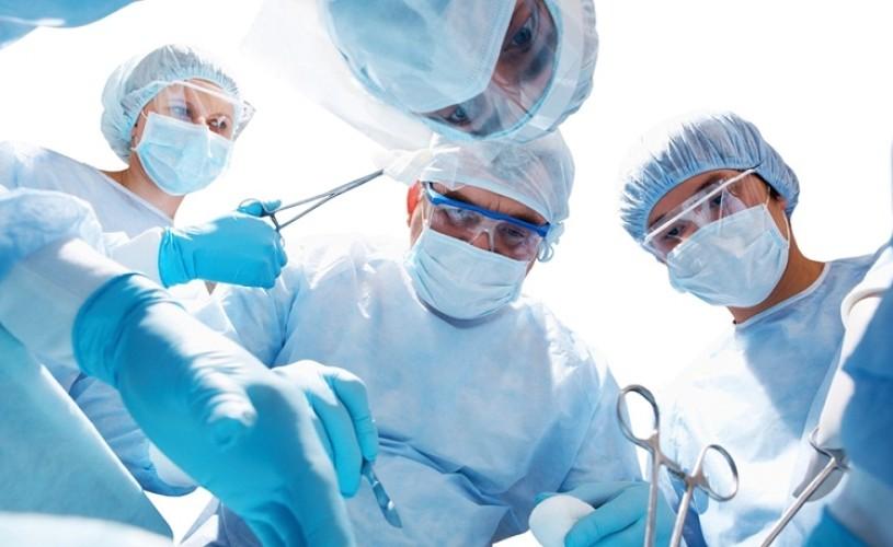 Muzica îi ajută pe chirurgi să fie mai eficienţi şi mai puţin anxioşi în sala de operaţii