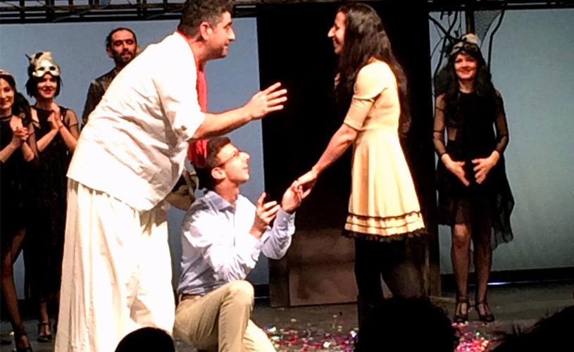 VIDEO de poveste! Spectatoare cerută în căsătorie, pe scena Teatrului Mic!