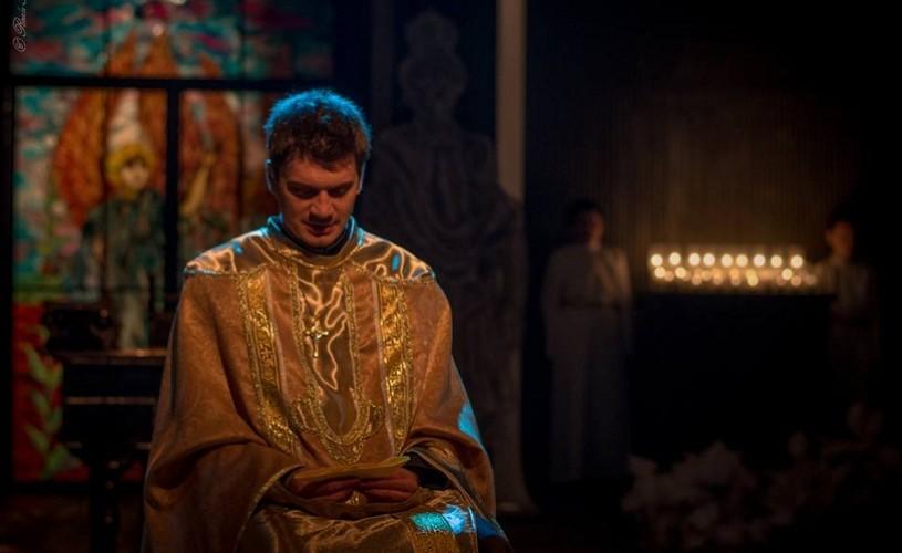 Indoiala, un spectacol-parabolă cu Emilian Oprea în rolul principal