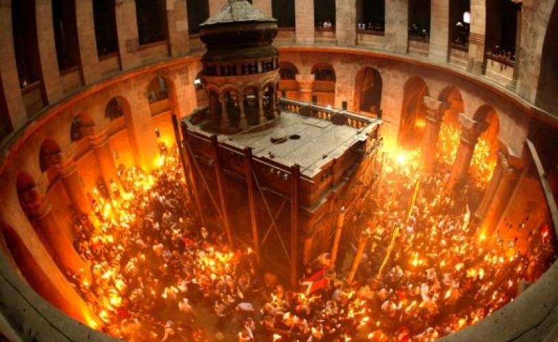 Lumina Sfântă purtată prin centrul vechi al Ierusalimului, o tradiţie de aproape 2.000 de ani