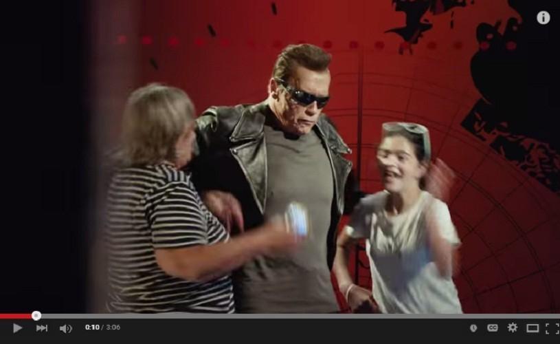 Arnold Schwarzenegger se ţine de şotii – Metropolis VIRAL