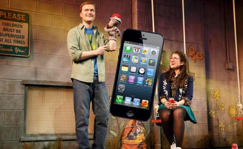 Un spectator a sărit pe scenă pentru a-şi încărca iPhone-ul la priza butaforică