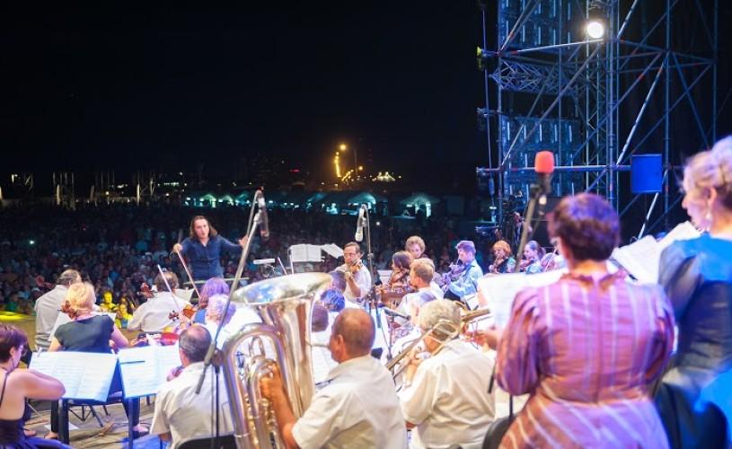Surpriză pe plajă: peste 100 de muzicieni într-un concert simfonic, la apus