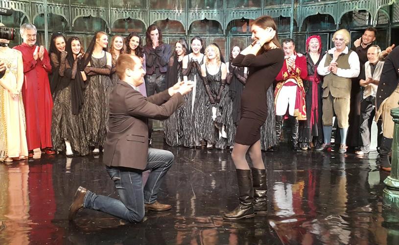 Doi spectatori și o cerere în căsătorie chiar pe scena Teatrului Metropolis
