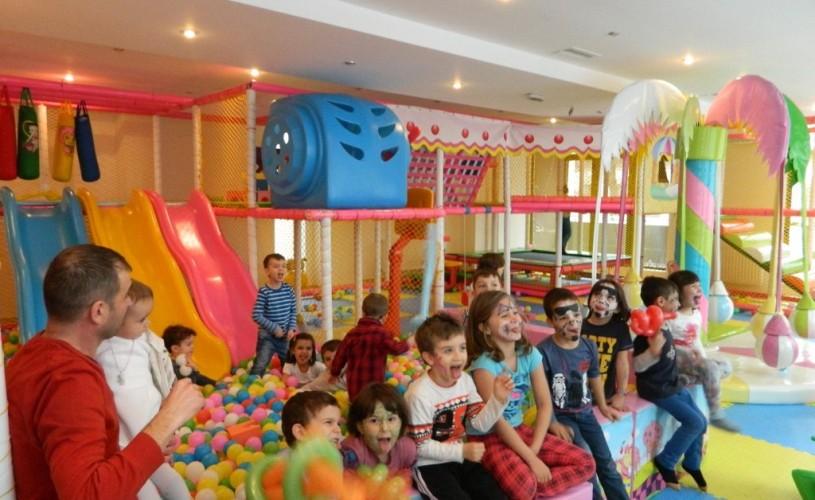 Teatrul Metropolis joacă pentru tine, în timp ce copilul tău se joacă la Pikaso Kids Fiesta