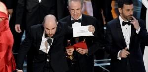 OSCAR 2017. Moonlight, cel mai bun film al anului, după ce La La Land fusese anunţat câştigător...