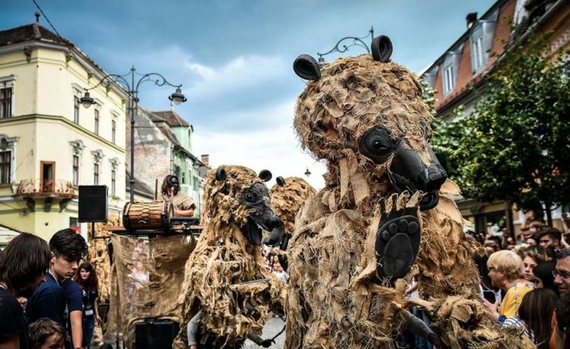 """""""Dansul urșilor din Pirinei"""", spectacol stradal de teatru de marionete (Spania)"""