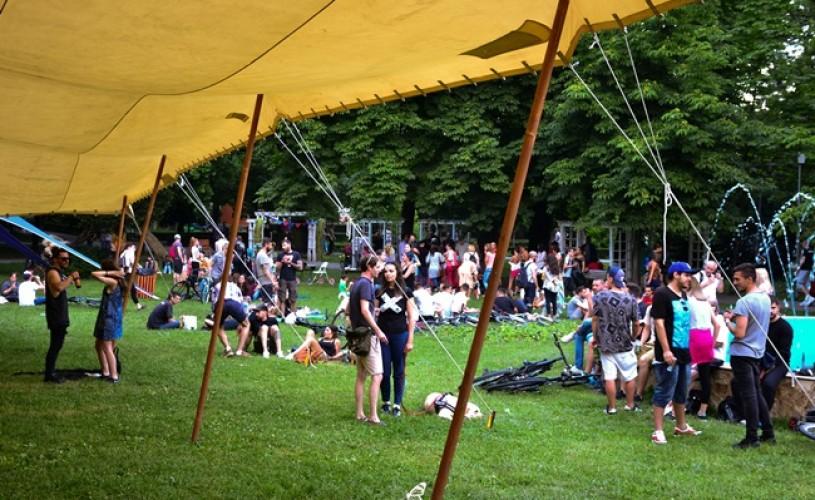 """Teatru + film, la festivalul """"Launmomentdat"""" în parc"""