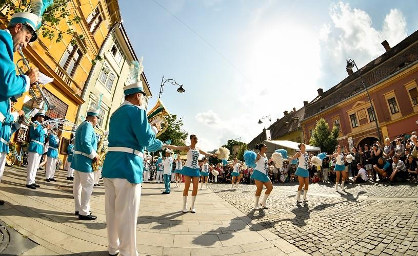 Mii de oameni pe străzile Sibiului, la început de FITS 2018