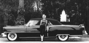 Undeva, cândva... / Marilyn Monroe, în anul 1954, alături de cadilacul său negru