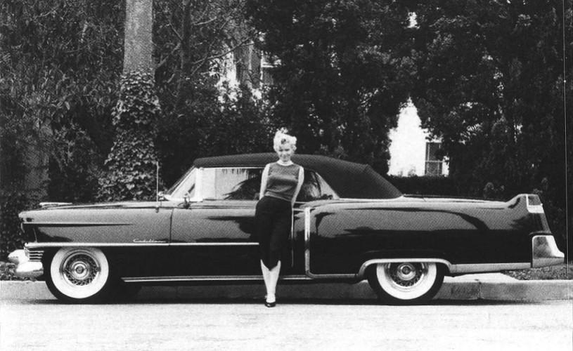 Undeva, cândva… / Marilyn Monroe, în anul 1954, alături de cadilacul său negru