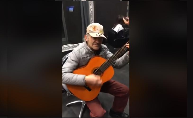 VIRAL. Un bătrânel orchestră așteptând să se tundă…
