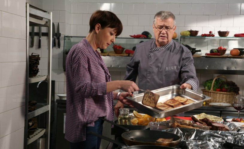 """Dinescu şi Aspirina (Mirela Oprișor) în bucătărie. La """"Politică şi delicateţuri"""", de la TVR 1"""