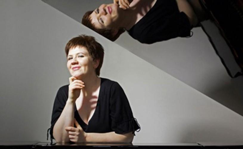 """Nominalizată la Paris pentru premiile """"Victoires de la Musique Classique"""",pianista DANA CIOCÂRLIE revine în România"""