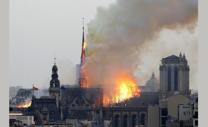 Incendiu la Notre Dame: O turlă a catedralei s-a prăbuşit