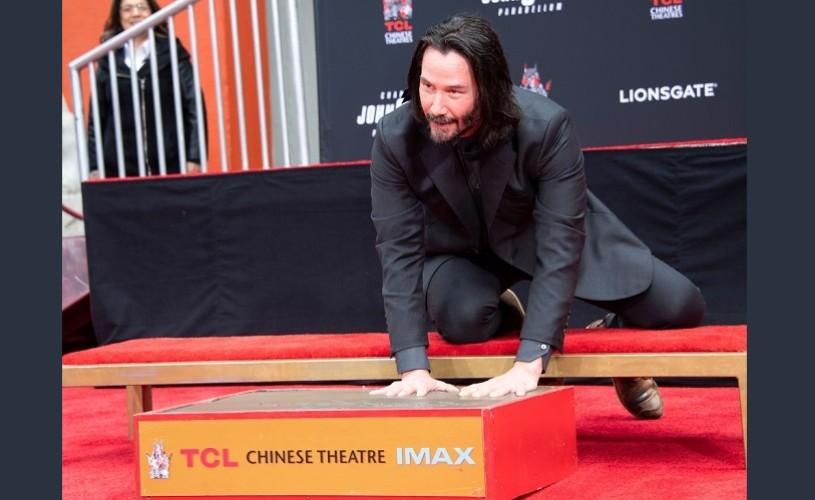 Keanu Reeves și-a lăsat amprentele în cimentul de la Hollywood