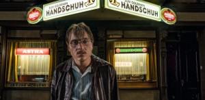 """""""The Golden Glove"""" – thrillerul șoc al lui Fatih Akin despre un criminal în serie, de astăzi în cinematografe"""