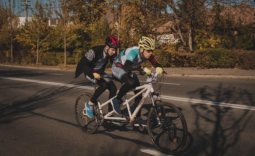 Tandem BikeFland, tabăra unde copiii nevăzători învață să meargă pe bicicletă în tandem