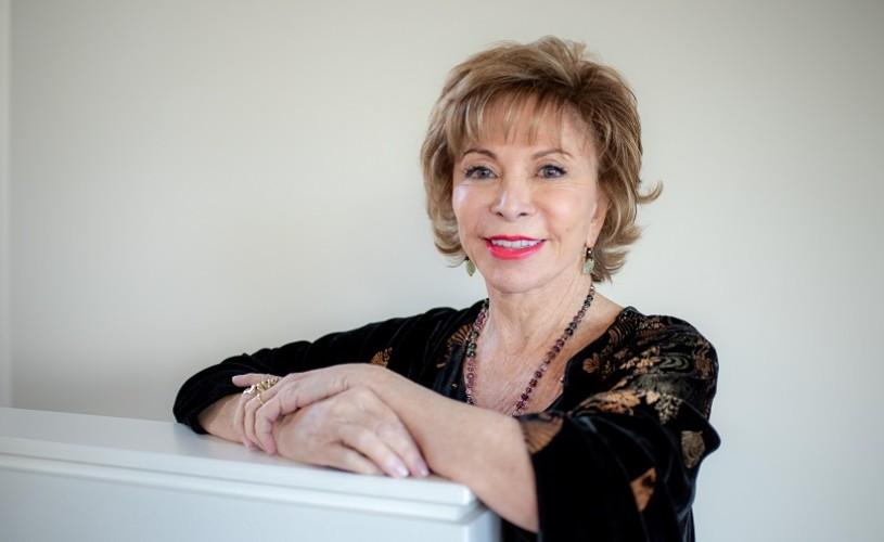 """Romanul """"O lungă petală de mare"""" de Isabel Allende, disponibil în librării"""