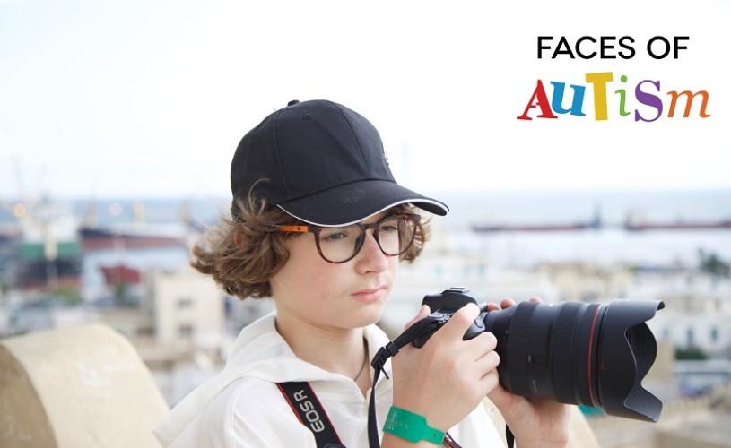 David Stescu, un fotograf de 14 ani, fotografiază copii, tineri și adulți cu tulburări din spectrul autist