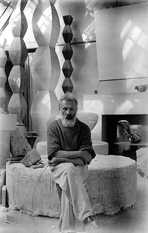 Constantin Brancusi este, printre altele, autorul lucrarilor Poarta Sarutului, Coloana Infinitului