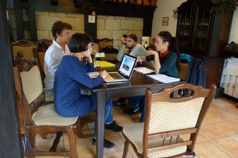 profesorul Jeroen Berkvens discuta cu o parte dintre studenti