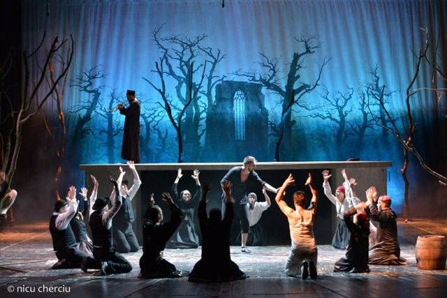 Scenă din spectacolul Sânziana și Pepelea, regia Alexandru Dabija