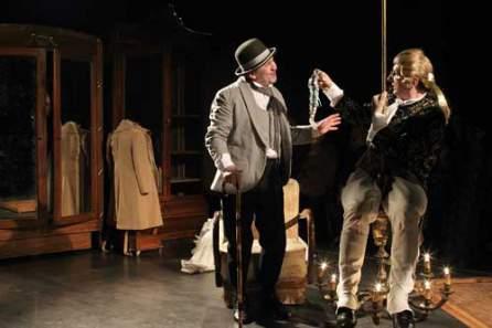 Femeia Programul teatrelor şi-a pierdut jartierele