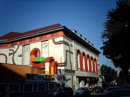 teatrul_metropolis,_cu_arhitectura_sa_intre_hundertwasser_si_gaudi
