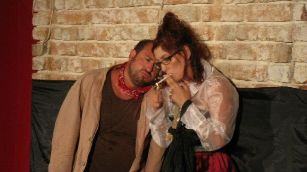 Fata cu caramida in gura, Teatrul La Scena