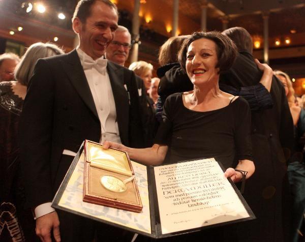 Herta Müller, primind Premiul Nobel pentru Literatură.