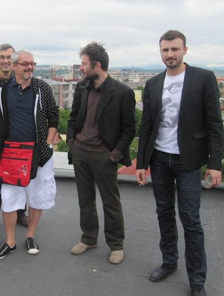 Alex Leo Serban, Mihai Pop şi Adrian Ghenie, pe terasa unei cădiri