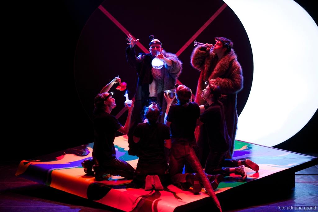 """Scenă din spectacolul """"Visul unei nopţi de vară"""", direcţia de scenă Victor Ioan Frunză, Teatrul Metropolis. Foto: Adriana Grand"""